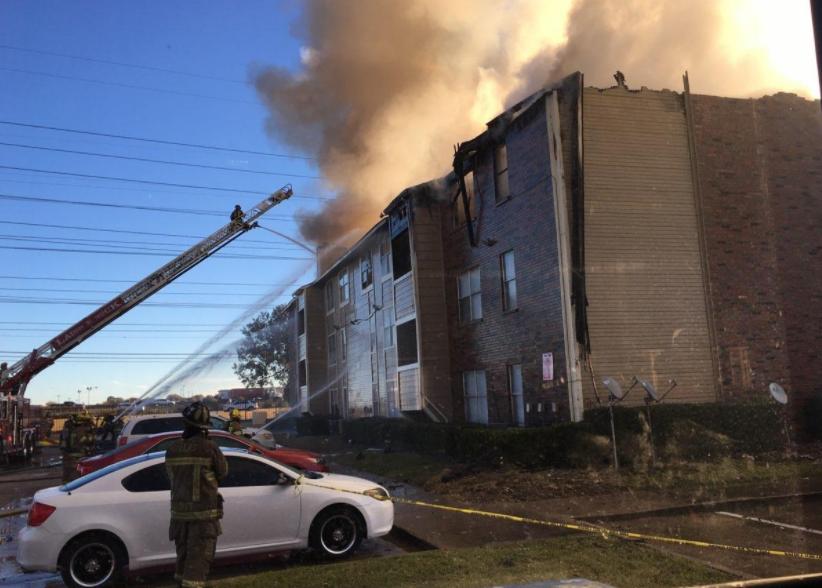 美国达拉斯一公寓失火 6人从楼上跳下含一名婴儿