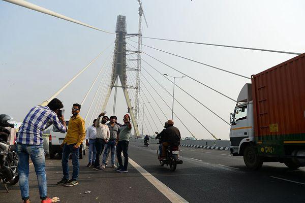 """印度新建大桥成""""自拍大桥""""  民众打卡拍照停不下来"""