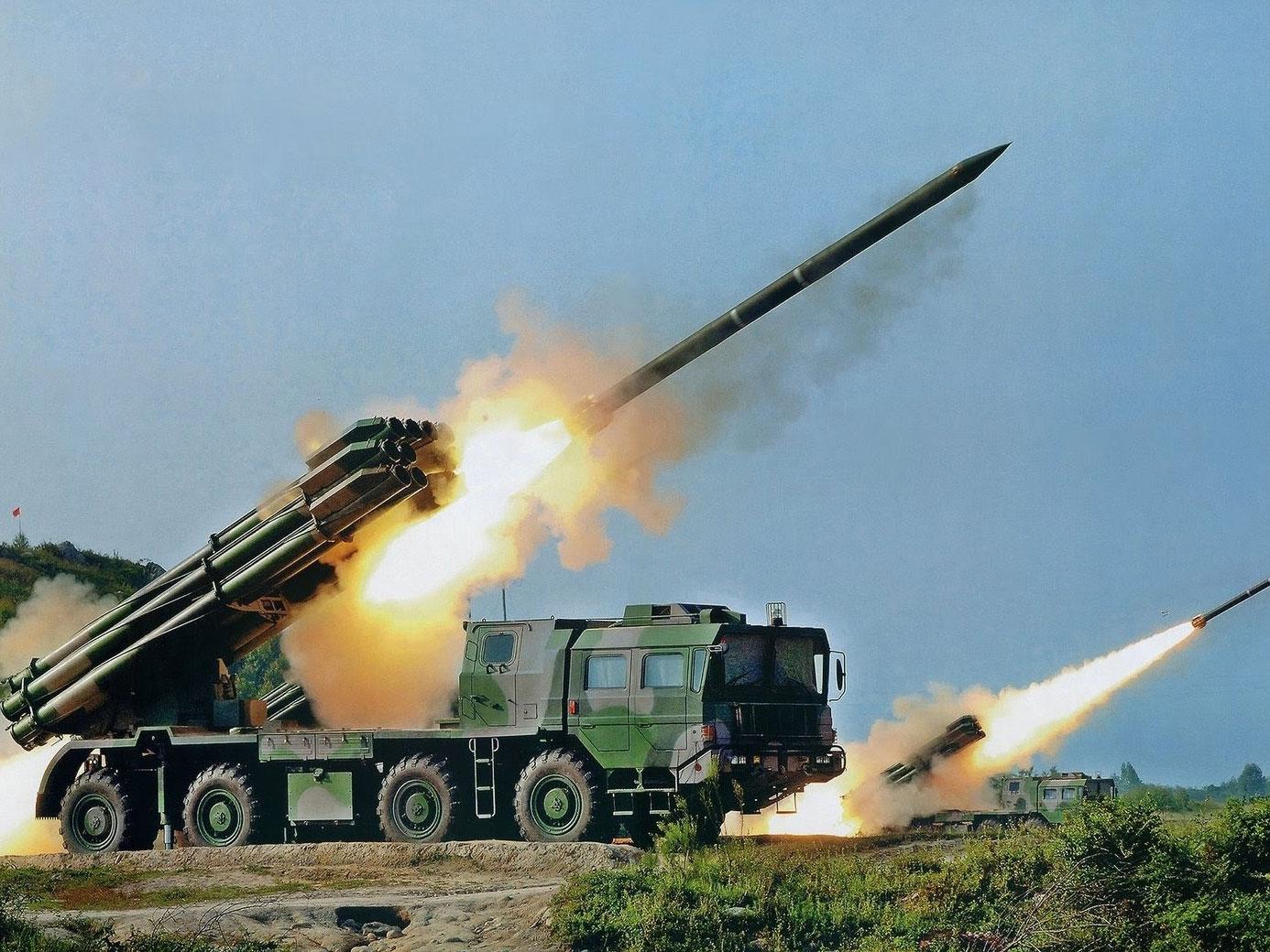 中国新型火箭炮堪比弹道导弹 射程超200公里可使用无人机精确制导