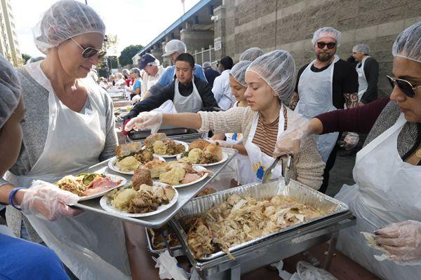 """真正值得""""感恩""""的一餐!美国贫民窟提供感恩节晚餐"""