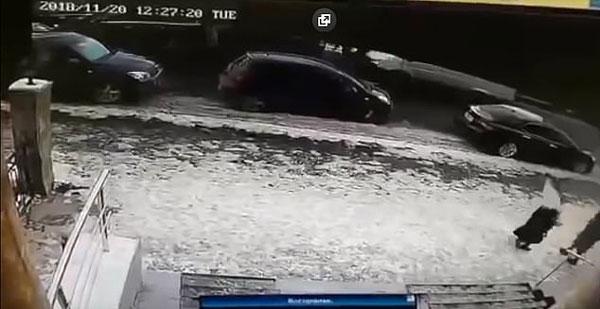 哈萨克斯坦老人被楼顶坠落冰锥砸穿颅骨身亡