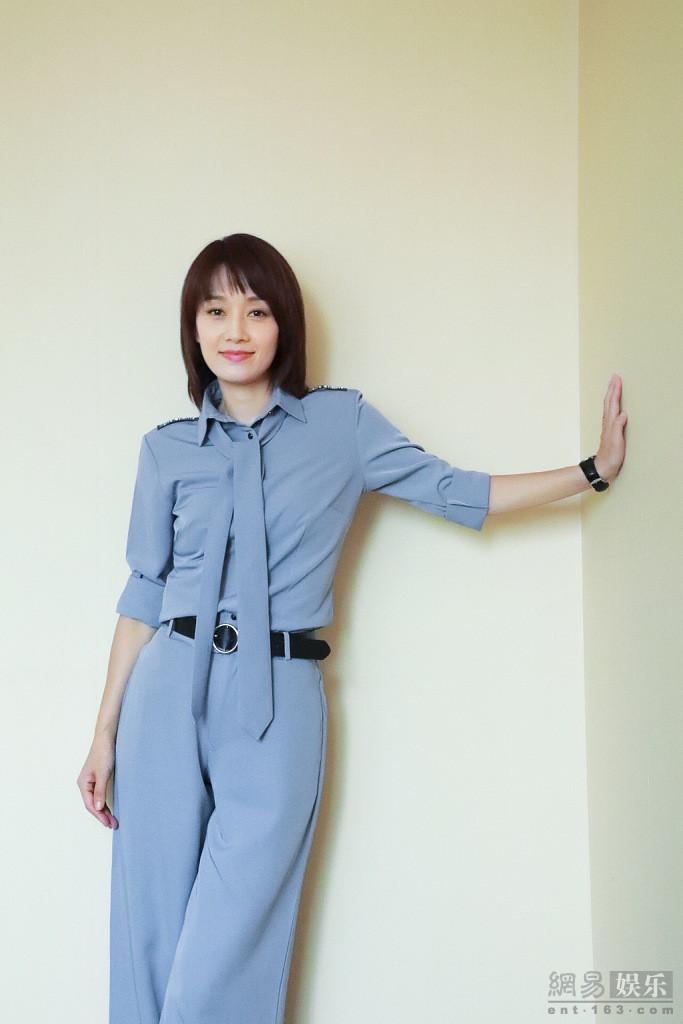 马伊琍穿蓝色套装温柔知性 获杰出女性奖