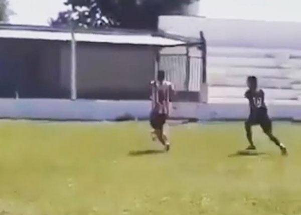阿根廷一球员飞身踢对手被罚下 引发两队冲突