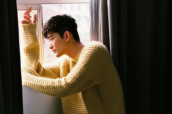 张翰冬日时尚写真出炉 明黄毛衣尽显温暖魅力