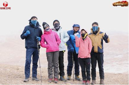 《青春的征途》队员集体挑战青藏公路养护工作