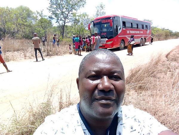 莫桑比克男子乘大巴车祸前后自拍照走红网络