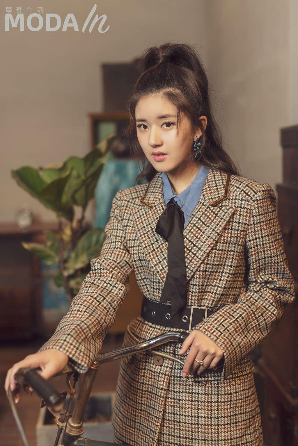 赵露思最新杂志大片曝光 青春甜美玩儿转复古风