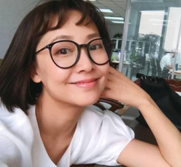 此女30多岁嫁给张卫健,为生孩子打排卵针变丑,40岁美成仙女