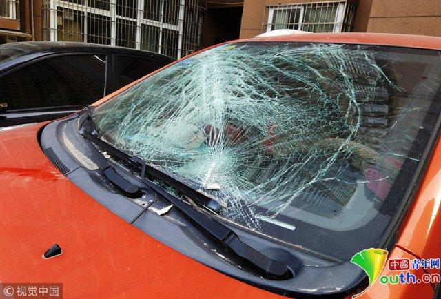 27 楼飞下一扇窗砸两轿车 玻璃片割伤保洁员