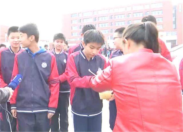 学校没食堂 学生只能蹲小树林吃饭:学校好像怕担责