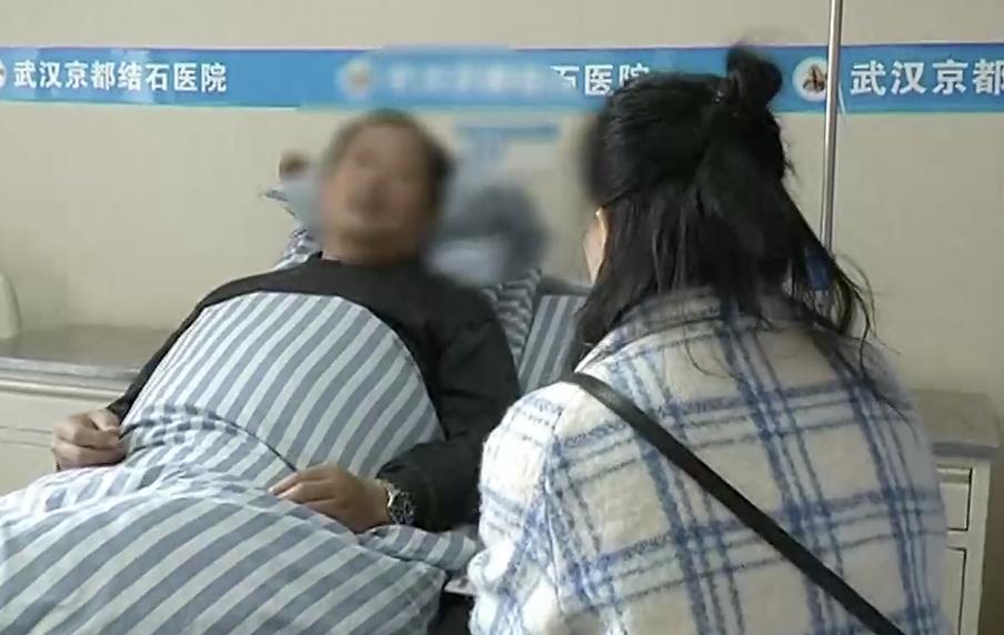 """男子日夜打麻将 膀胱长出2斤""""鸵鸟蛋""""结石"""