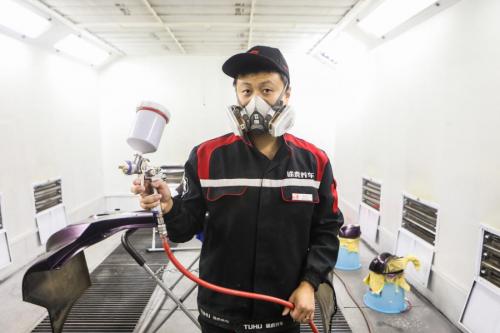 途虎小伙15年打拼成油漆技师 最苦的时候10个手指都被磨出血