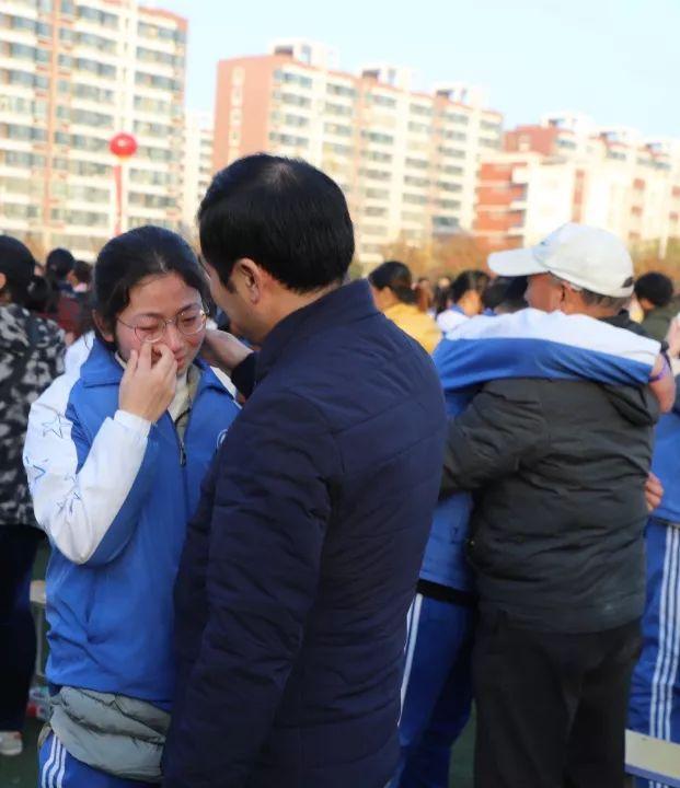 2000多学生集体跪拜父母遭质疑,学校官微回怼