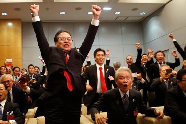 日本大阪获得2025年世博会举办权 日代表团现场欢呼欣喜若狂