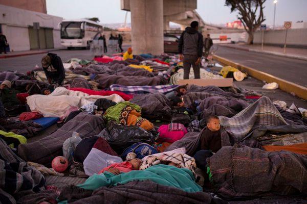 近5000中美州移民滞留美墨边境
