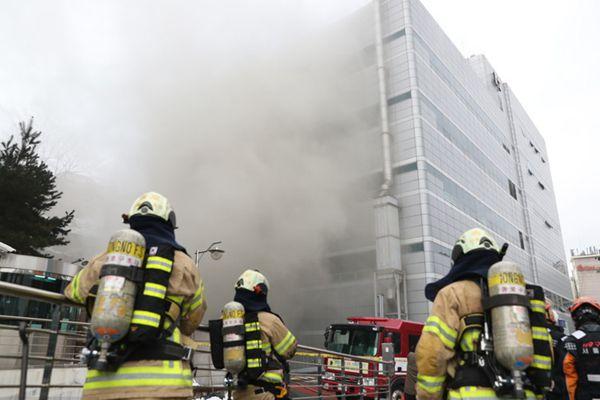韩国首尔一大厦地下通道发生火灾 浓烟滚滚