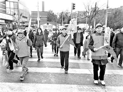 志愿者路口文明指引 共庆感恩节