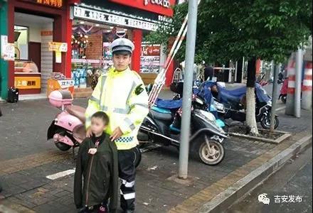 孩子走失雨中徘徊,吉安交警帮寻家人