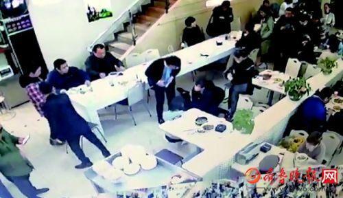 北京餐厅里有人呼吸心跳骤停 济南护士跪地急救抢得生机