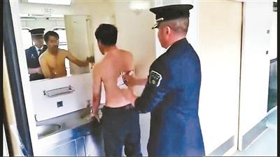 """男子两年未洗澡异味惊人 列车长为其""""搓澡""""走红"""