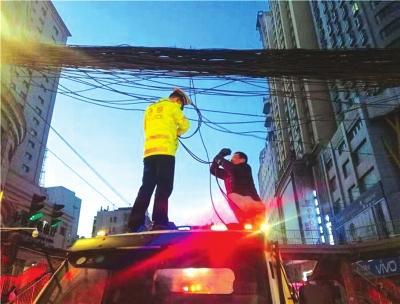 """线缆脱落交警当起临时""""维修工"""""""
