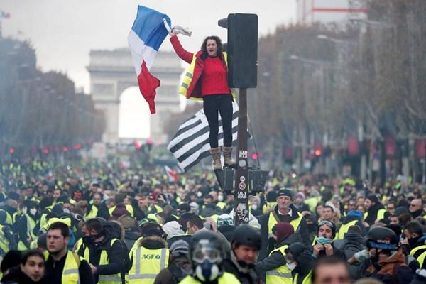 法国民众上街抗议燃油价格上涨