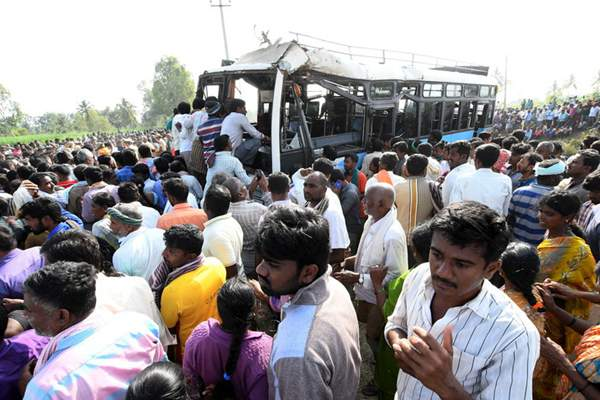 印度一客车坠河造成至少25人死亡 多数为学生
