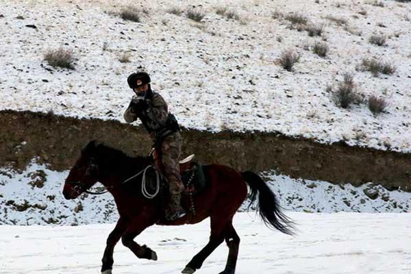 冰雪世界新疆达尔汗边防连上演人马结合训练