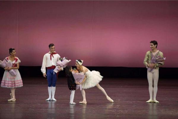 谭元元带伤上阵,带领孩子们演了一台芭蕾