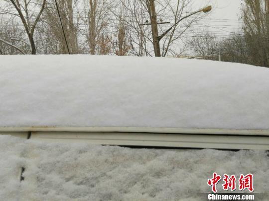 乌鲁木齐大风后迎降雪降温 积雪厚度超10厘米