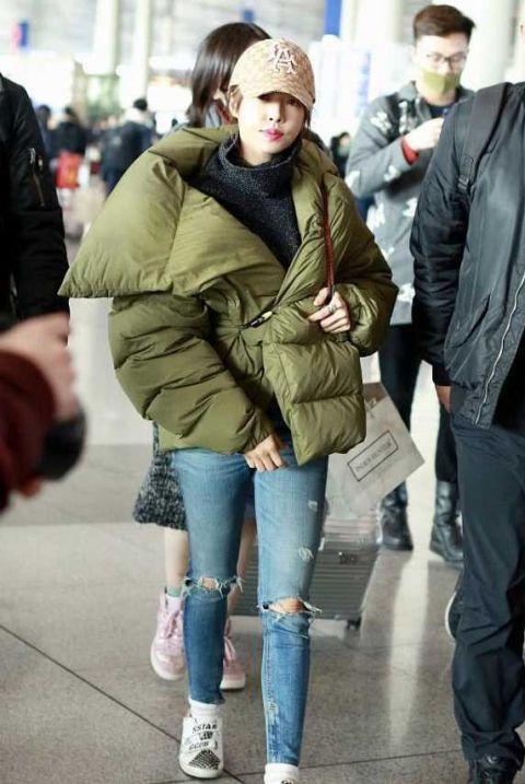 蔡依林穿超厚面包服搭破洞裤,任性露膝不怕冷,另类但好看