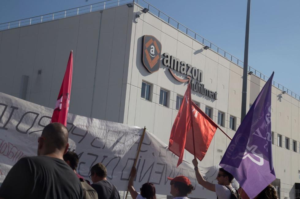 """亚马逊工人""""黑五""""大罢工:""""我们不是机器人"""""""