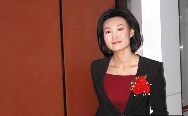 央视女主播,戴假发播音12年无人察觉,摘下假发的一瞬间美翻了