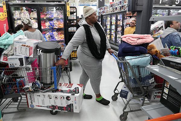 """美国""""黑色星期五""""创纪录,越来越多美国人转向网络购物"""