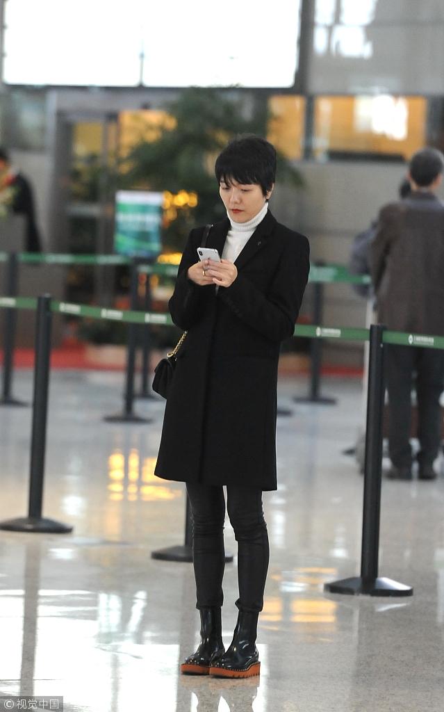 杨乐乐穿黑色大衣秀纤细美腿 金戒指抢眼