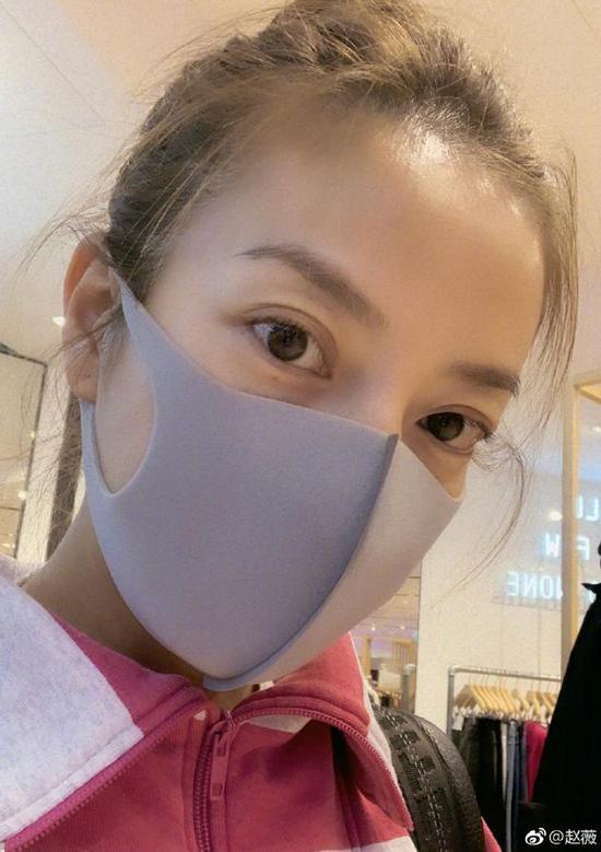 赵薇晒自拍被网友夸美 回复:你在迷惑我吧?