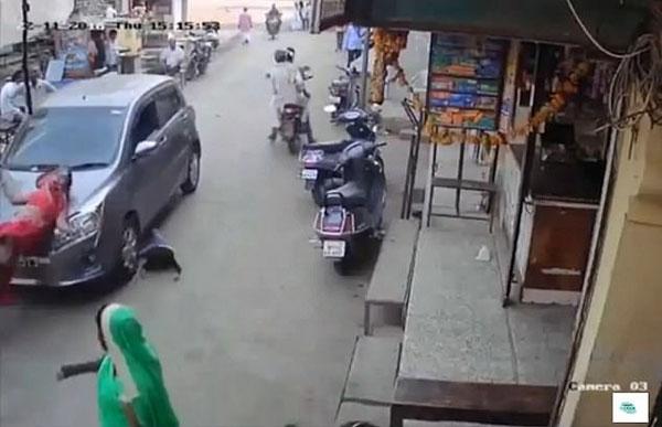 印度一对母子被汽车撞碾 所幸死里逃生未受重伤