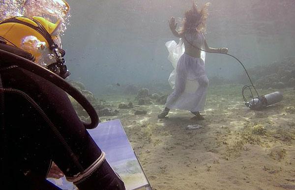 俄艺术家海底作画 独特风格令人赞叹