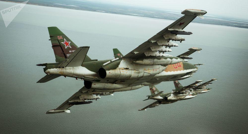 俄军苏25战机巡航刻赤海峡 以应对乌海军行动