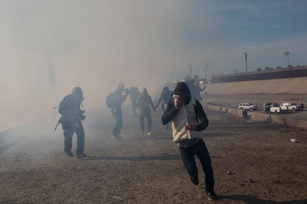 美国向大篷车移民动手了!扔催泪瓦斯、关闭口岸