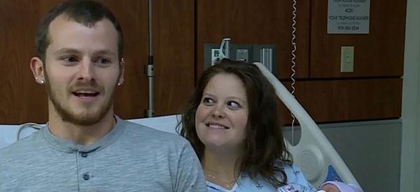美警察拦停超速面包车 得知孕妇即将临盆当场助产