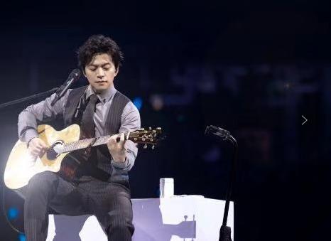 李健十二年后再临武汉 暖心开唱惊喜不断