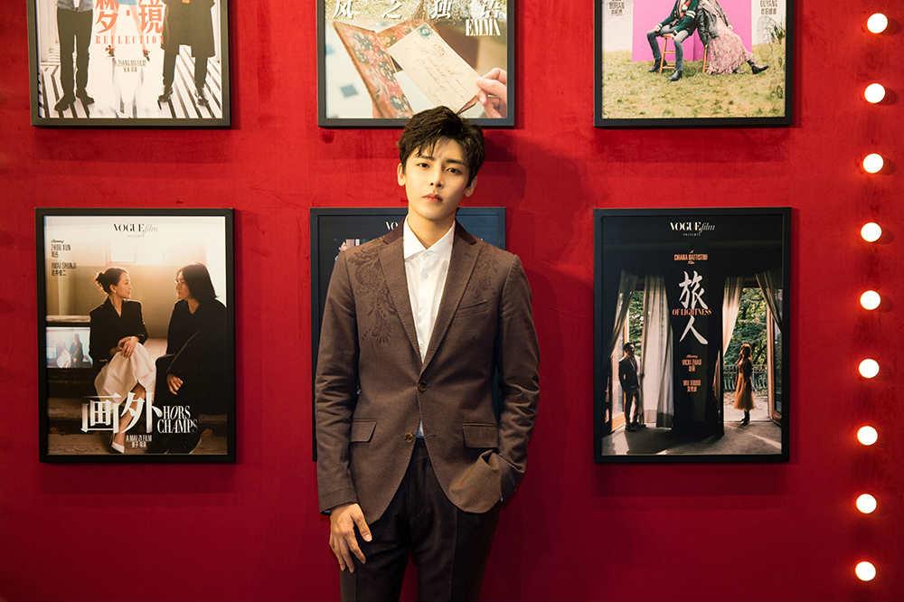 侯明昊受邀出席时尚活动  化身摩登少年诠释绅士风度