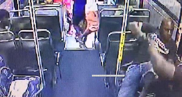 美公交车乘客欲枪杀另一乘客 其余人慌忙逃命