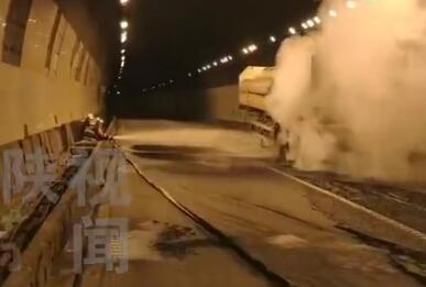 惊险!陕西榆林绥德隧道内气罐车起火