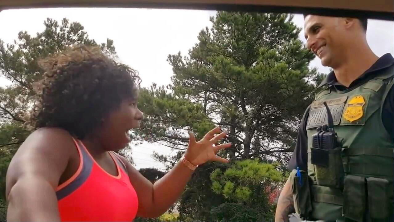 黑人女子花式夸赞警察帅 一分钟都不重样