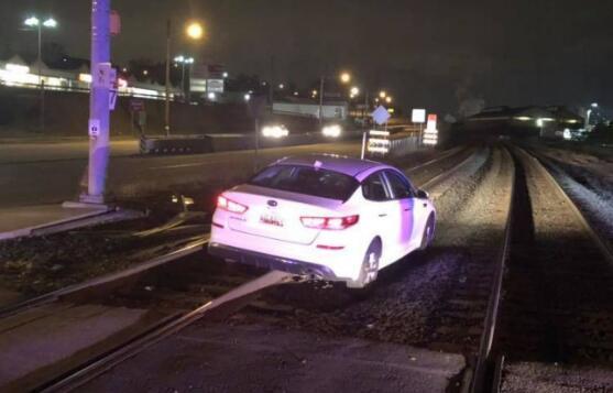 """美国司机驾车驶上铁轨后被困 称""""GPS让我这么开"""""""
