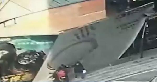 长春一商场装修围挡被大风刮倒砸中行人,两人受伤