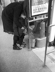 年轻妈妈让4岁男孩在公交垃圾桶里尿尿 网友吵翻