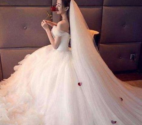 李宇春蕾丝婚纱照妖艳动人,宛如圣洁的白天鹅